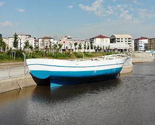 Karadeniz'den tırla Ağrı'ya getirilen tekne, restorana dönüştürülecek