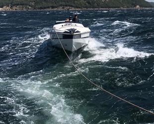 Çanakkale Boğazı'nda sürüklenen tekne kurtarıldı