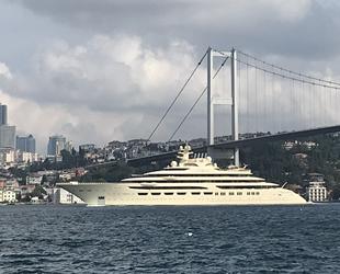 Dilbar isimli süper yat, İstanbul Boğazı'ndan geçti