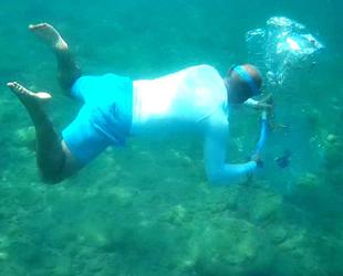 Deniz altındaki atıklardan balıklara yapay resif yaptı