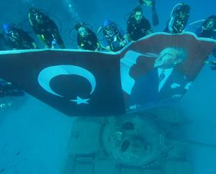 Dalış ekibi, deniz altında 45 tonluk tankla 'Zafer' pozu verdil