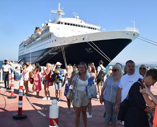 Blue Sapphire yolcu gemisi, Ege Port Kuşadası'na geldi