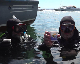 Dalgıçlar, müsilajdan arındırılan denizde çay keyfi yaptı