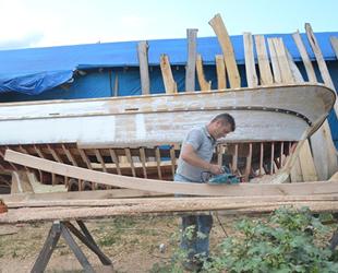 Ünsal Sarışan, 38 yıldır ahşap tekne inşa ediyor