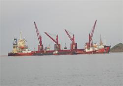 Yanan kömür yüklü gemi yüzdürüldü