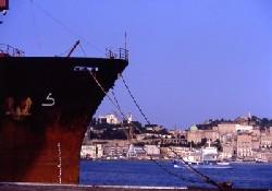 Türk gemisi Ancona Limanı'na çekildi