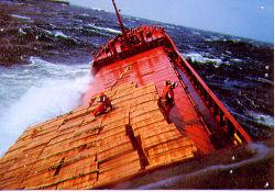 Marmara'da bir gemi su alıyor