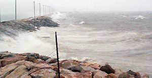 Fırtına deniz ulaşımını vurdu
