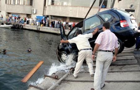 Otomobil vapurdan denize düştü