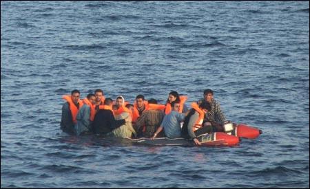 Kaçak teknesi battı: 40 kişi kayıp