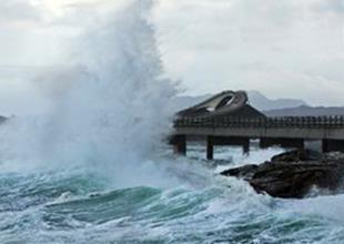 Pasifik Okyanusu'nda fırtına paniği