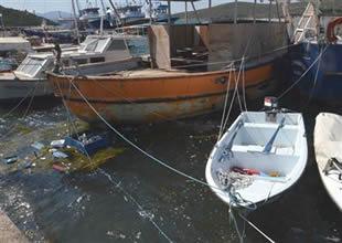 Barınakta 4 balıkçı teknesi suya gömüldü