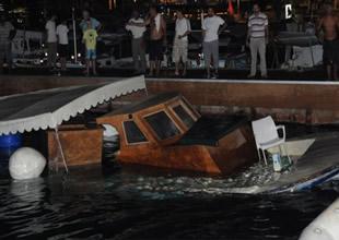Antalya'da limanda demirli tekne battı