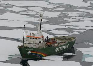 Kuzey Kutbu için bayraklardan kalp yaptılar