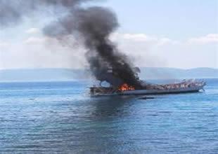 Marmaris'te yangın çıkan tur teknesi battı