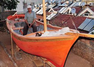 Balkonda tekne yaptı, denize indiremiyor