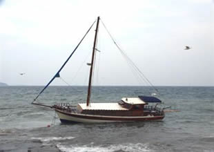 Lodosa dayanamayan tekne karaya oturdu