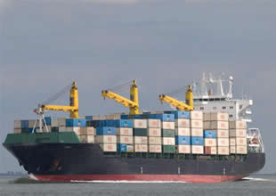 İran yük gemisi petrol platformuna çarptı