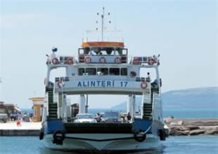 Çanakkale'de feribot gezi teknesine çarptı