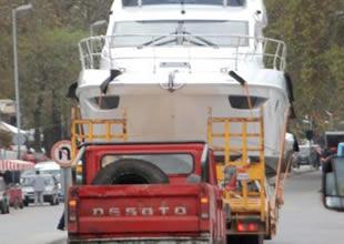 Yatlar tırlarla Setur Marina'ya taşınıyor