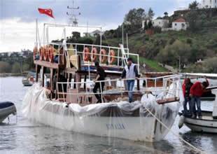 Tekneyi naylona sararak yüzdürdüler