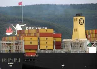 366 metrelik dev gemi boğazı kapattı