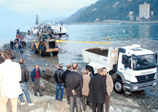 Tekne kurtarmak için denize yol yapılıyor