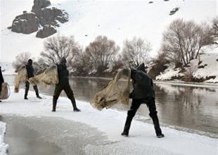 Balıkçıların soğukta ekmek kavgası