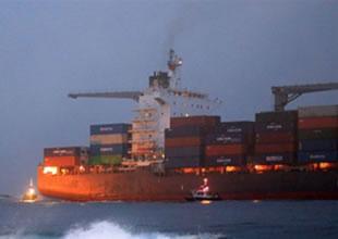 Maldivlerde bir gemi karaya oturdu