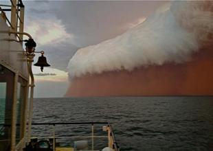 Denizde inanılmaz kum fırtınası oluştu!