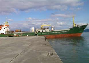 Rize'de kuru yük gemisi yan yattı