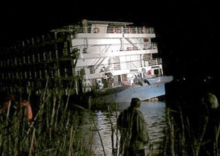 Turist gemisi Nil Nehri'nde kayalara çarptı