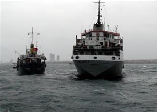 Ahırkapı'da gemi ile yakıt barcı çatıştı
