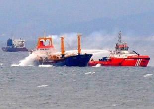 Marmara'da yanan yük gemisi yan yattı