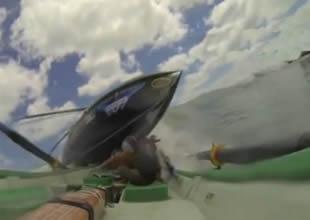 Yarış teknesi kürekçilerin üzerine çıktı