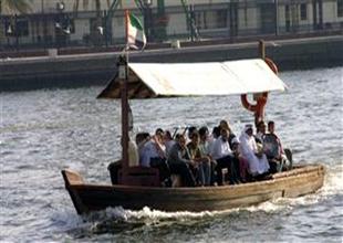 Bir başkadır Dubai Koyu'nda tekne turu