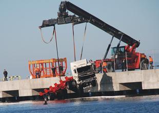 Taşucu Limanı'nda bir TIR denize düştü