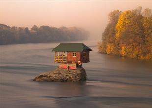 Sırbistan'da nehrin ortasında tek başına