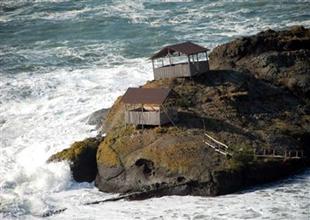 Balıkçı barınağı dev dalgalara dayanamadı
