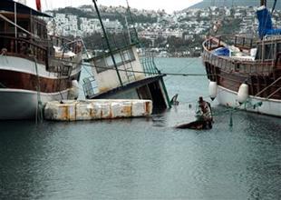 Bodrum'da şiddetli lodos tekne batırdı