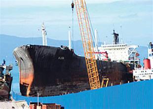 Söküme gelen gemiler fırtınada çatıştı