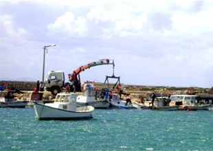 Didim'de lodosda batan tekneler çıkarıldı