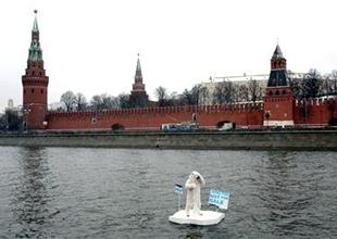 Greenpeace Ayısı Kremlin'den yardım istedi