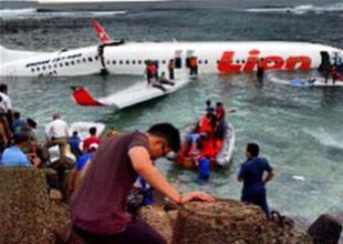Yolcu uçağı Bali'de okyanusa düştü