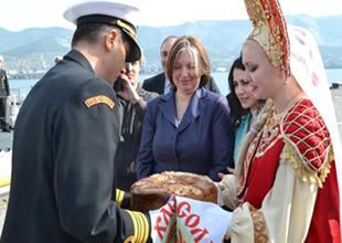 Türk komutanlar tuz ve ekmekle karşılandı