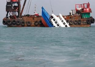 Hong Kong açıklarında iki gemi çatıştı