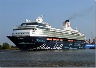 Gemide fenalaşan  turist, hastaneye kaldırıldı