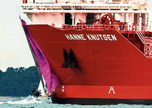 Yelkenli 120 bin tonluk tankere çarptı
