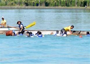 Yarışçılar sevinirken tekneyi devirdi
