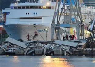 Gemi kuleye çarptı: 3 ölü, 10 kayıp
